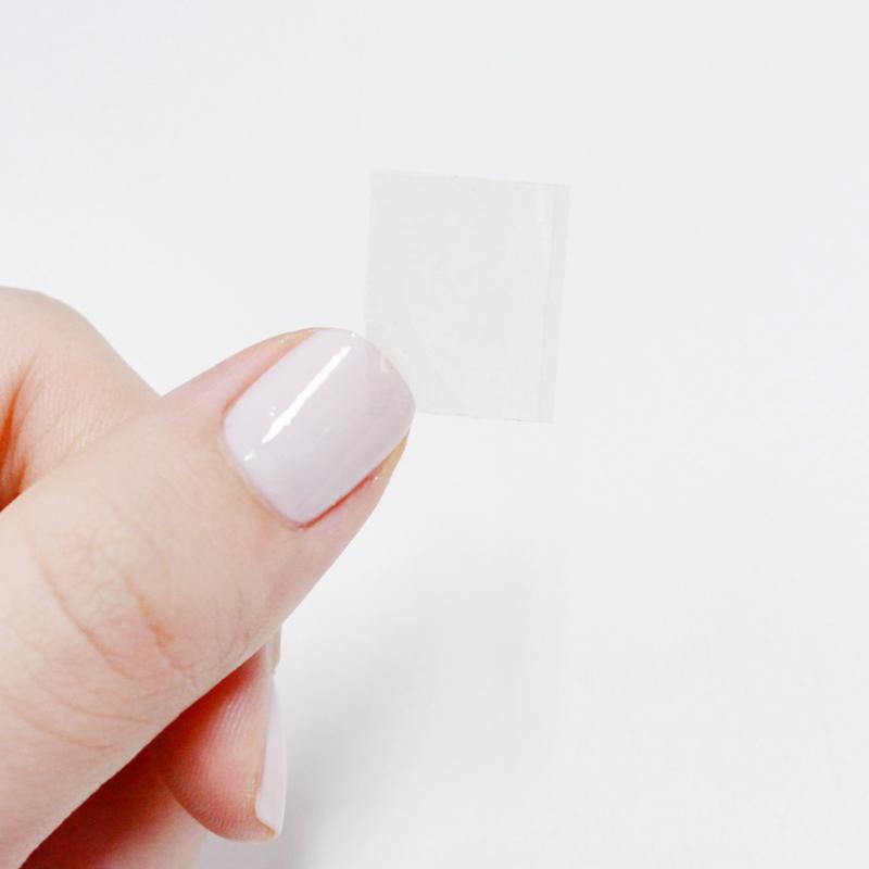 然後將膠帶對折,請避免完全貼合,可以利用指甲這樣,稍微讓膠帶分開(如圖)