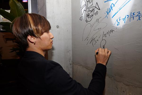 原來就很熱鬧的弘大深夜時刻~現在又多開了這間餐廳 當然要找來旗下藝人好好宣傳一下 包含BIGBANG