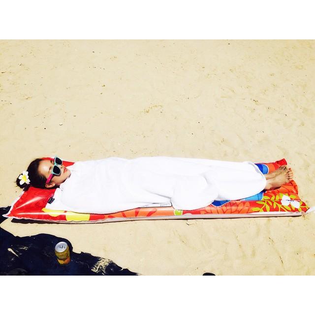 雖然去了海邊卻又怕曬的女孩就會是這個樣XDDDD
