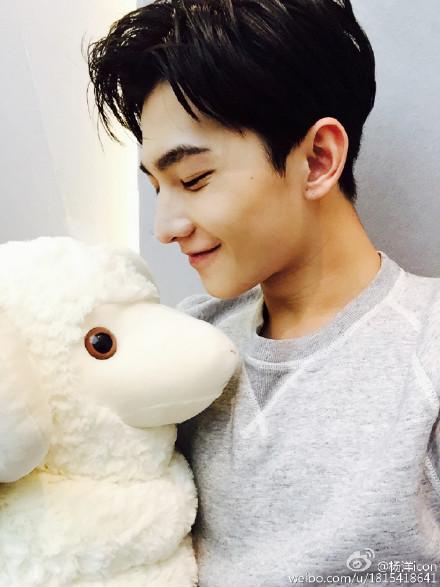 他叫做楊洋(咩~),是名演員! 1991年出生於上海!