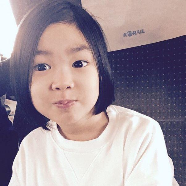 從她最近的照片看來,似乎成熟了不少,可以當姐姐了!!! (不知道Tablo老爸有沒有想要再生一個弟弟給HARU勒?)