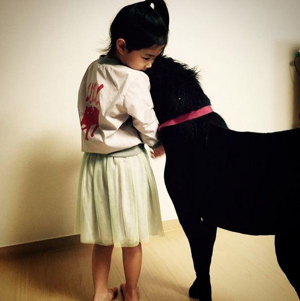 其實她也有很多小女孩害羞,愛撒嬌的一面呢:)