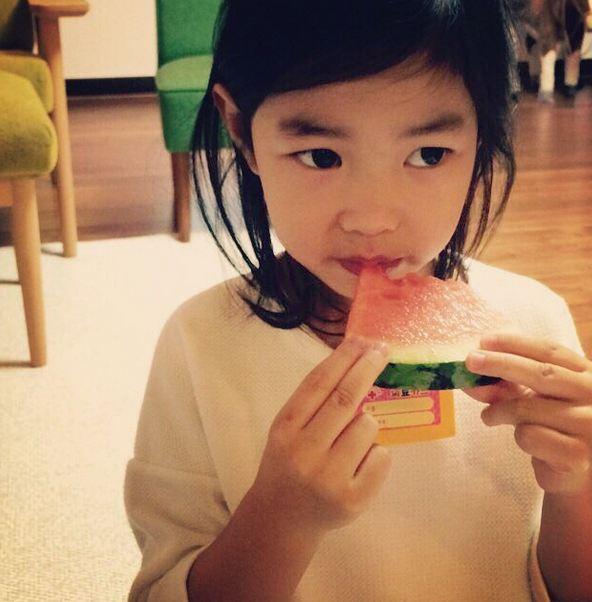 像個小淑女一樣,小口小口地吃著西瓜~