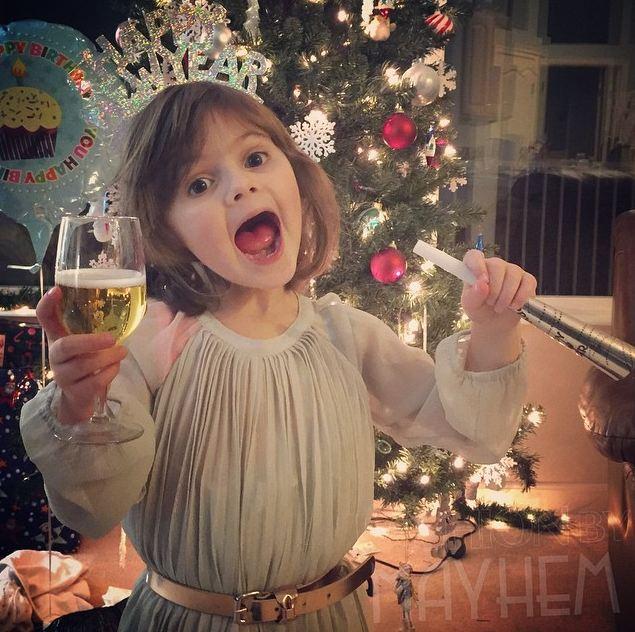 那就是每天都會將自己4歲的女兒打扮得票漂亮亮,親手做裙子唷! 可是裙子布料也不便宜~每天做一件也太貴了吧?