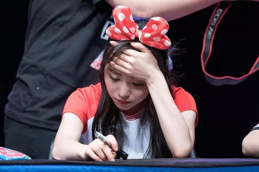 怎麼了?AOA珉娥怎麼在簽名會上抱著頭?發生什麼事了嗎?