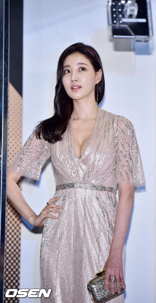 像最近韓國女演員金莎朗出席某活動時的Cleavage look造型~