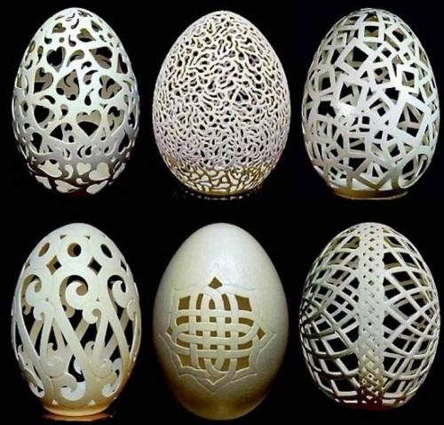 不對稱的花紋雕刻等設計,佔了他大部份的作品!