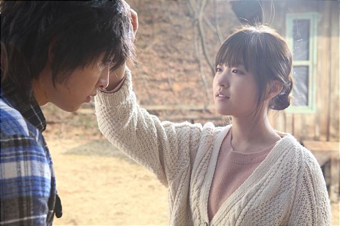 台灣觀眾認識她的第一部作品,大概就是之前和宋仲基合演的電影《狼少年:不朽的愛》吧?因為在台灣票房也相當亮眼捏!