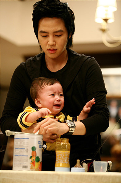 還是小嬰兒的時候,就曾出演過電影《天才寶貝(2008)》,被抱在張根碩的懷裡捏~