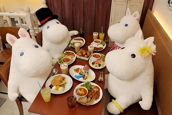 日本新開幕的咖啡廳,每間主題餐廳都在比可愛、拚創意,不過除了要關注這些新的朝聖口袋名單外,每當周年紀念或有特別活動時,咖啡廳也會進行翻修裝潢,讓整間店又再次煥然一新呢!今天妞編輯就要帶大家來看看,為了紀念三周年才在4月底重新開幕的「嚕嚕米咖啡廳」(Moomin House Café)東京晴空塔Solamachi店,整家店經過改裝後,又增添了更多看點與必去理由了。