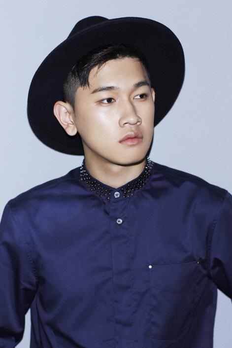 在韓國被稱為「音源流氓」,他的藝名叫做Crush! 所謂的音源流氓就是每每推出新歌時,音源強勢登榜! 氣勢一點都不像新人啊!