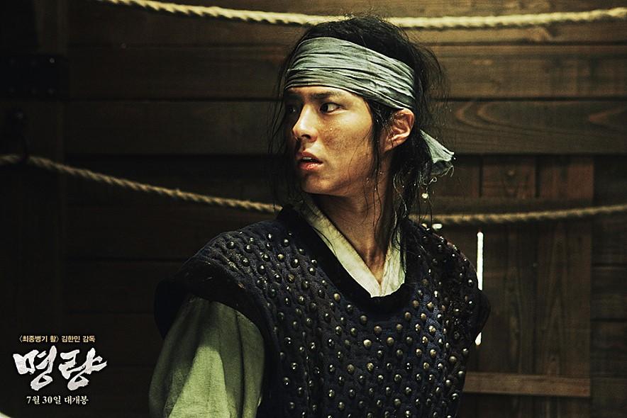 但他其實本身是個演員,特別是在電影<鳴梁>當中的演出,令人印象深刻!