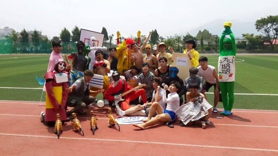 不過今天要跟大家介紹最近瘋迷韓國網路的一組畢業照! 他們是來自議政府高中(男校)!cosplay就是他們畢業照的傳統!