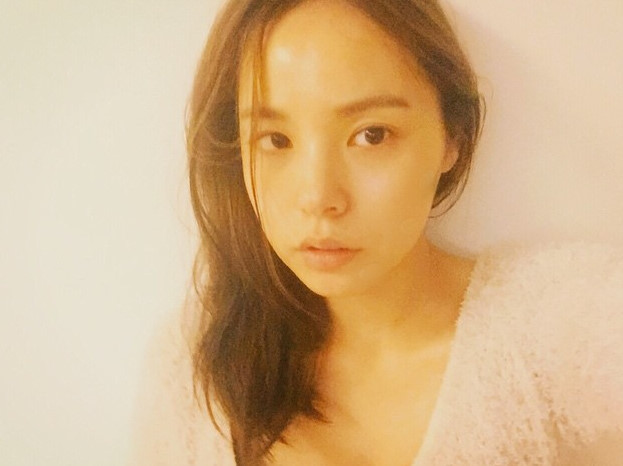 閔孝琳是自從承認與BIGBANG太陽交往後~也不在乎PO素顏照嗎XD 但是素顏也很美就是啦~