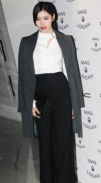 更驚人的是她的氣場!簡單的黑白灰穿搭,在宣美身上順間變得好高雅,散發出宛如女演員的架勢!