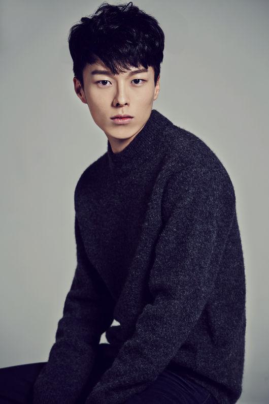 與南柱赫同屬YG娛樂旗下的模特兒公司YGKPLUS,最近開始受到大家關注的新人王,他的出道作品正是SBS人氣電視劇<沒關係,是愛情啊>,他叫做張基勇。