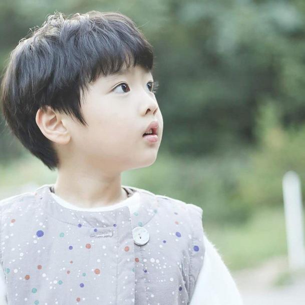 # 歌手Shoo的長男—林侑 媽媽是元祖妖精S.E.S的成員Shoo,他是林侑。大眼睛和雪白皮膚,發射美少年的微笑,電暈一票姐姐!