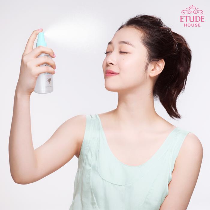 使用方法: 補妝時,近距離噴灑的話會不小心使妝感融化,因此,記得要距離臉部約20~30公分的距離使用唷!