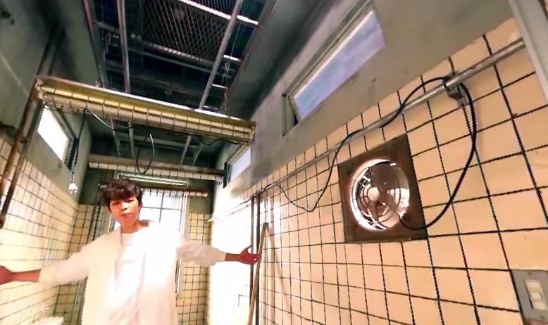 因為這MV超特別的唷!乍看就是人站在畫面中間~什麼鏡位都沒有!還以為他們拍MV好省錢!