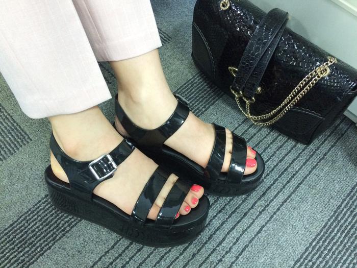 有女孩味的設計感,是熊姐姐選擇造型搭配的重點!全厚底的涼鞋~走路走久了,腳也不會感到痠痛疲勞呢!