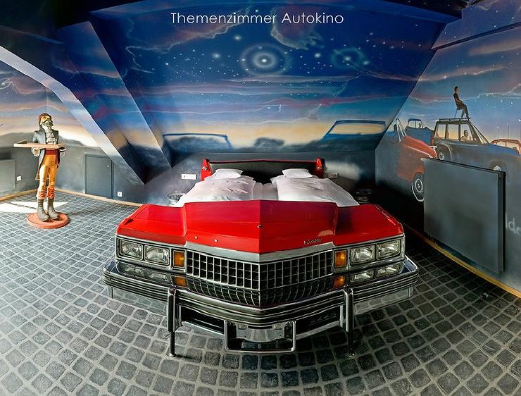 V8 Hotel是一間專為車迷們打造的飯店,包含Mercedes, Morris Minor, Cadillac or Volkswagen等車款,主要以復古為設計概念。但不要以為這應該只有男生會喜歡,根據房型的不同,也有女孩兒喜歡的夢幻甜美、青春俏皮風格的車房,同樣也非常受到女性顧客的推薦呦!