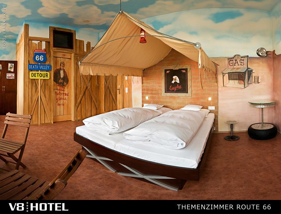 當然除了真的將車改造成床之外,也有別種路線的房型,但相同點就是少不了復古的調調。(笑)像這間就很有西部牛仔感,睡在床上彷彿睡在帳篷內呢!