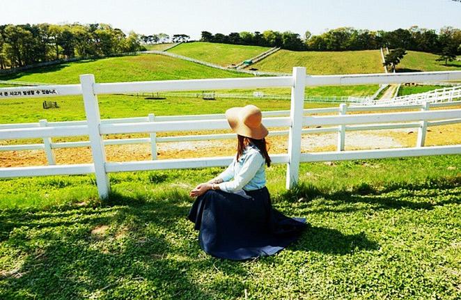 綠油油的草地&純白色的柵欄,和大自然接觸的畫面,自然系美少女~採光很棒呢!