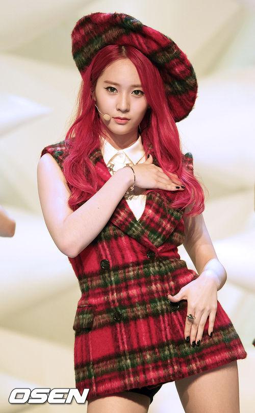 不得不說,Krystal的白皙膚色配上火紅髮色,讓人驚豔!♥
