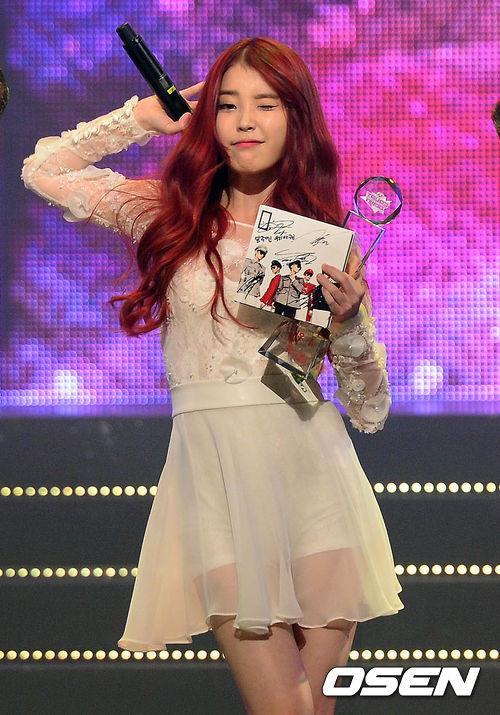 IU在宣傳《紅鞋》活動中,以「咖啡髮色-火紅髮色-短髮」的三段造型變身~