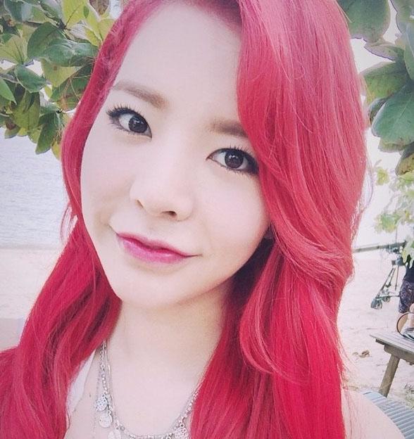 這次的紅頭髮讓她散發更多的性感魅力