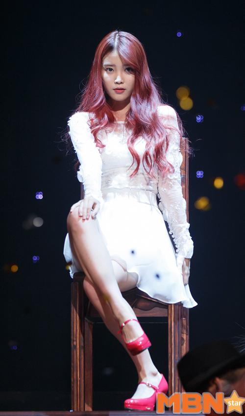 可愛但又充滿女人味的IU,跟紅鞋搭配的紅髮好亮眼~