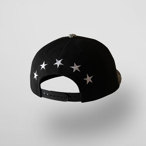 #snake snapback cap 蛇紋後扣棒球帽  帽子的前部份是以動物圖案為特點,後部份則以五顆星點綴,既簡單又是個性滿分的黑色帽子