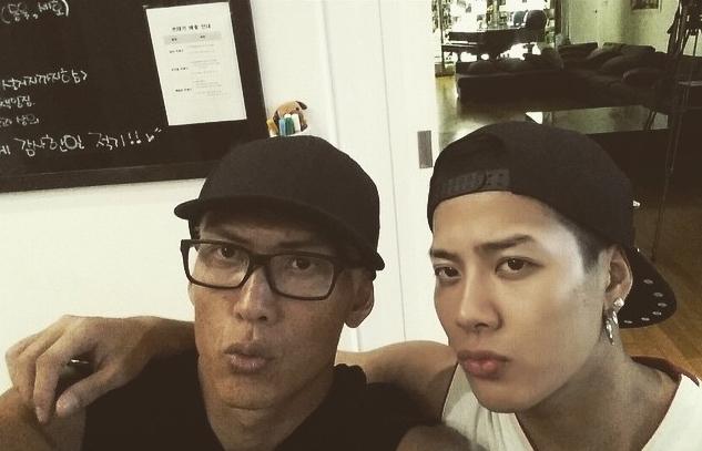 JYP男團「GOT7」成員之一!他以SBS節目<Roomate>打開知名度,人氣急升,最近母團GOT7正以歌曲<Just Right>活動中