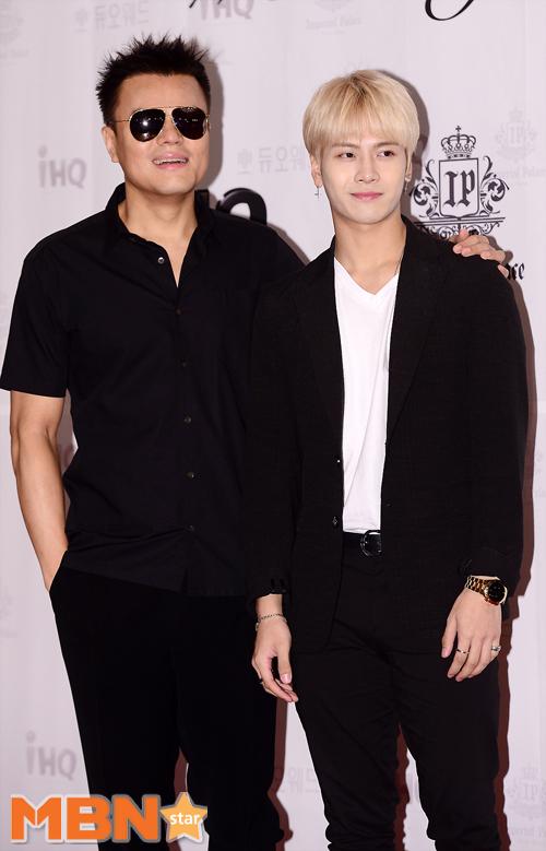 雖然個性活潑,但是站在JYP社長本人朴軫永旁邊還是略顯僵硬!乖得跟小白兔似的XDD