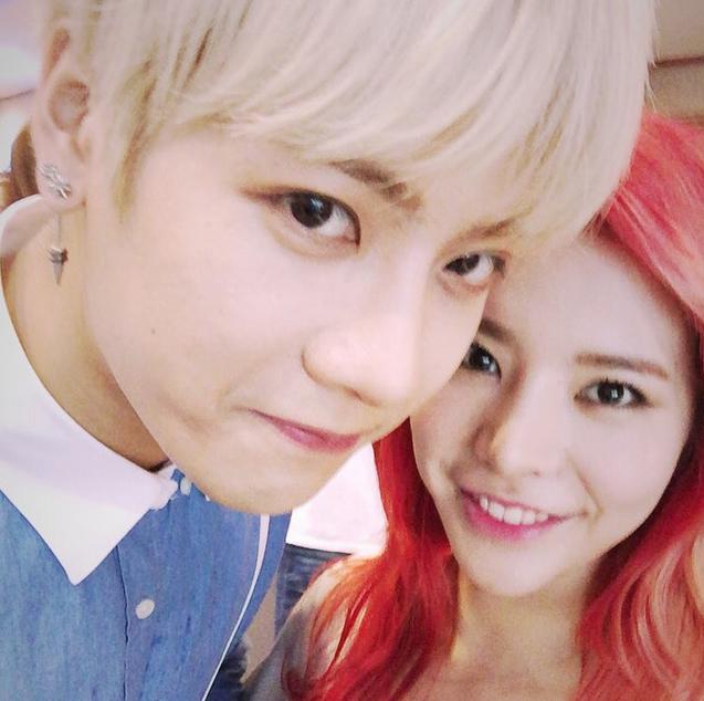和<Roommate>合宿人Sunny最近都剛好遇上回歸,沒有競爭反而和樂融融~一金一紅的髮型也特別搭啊