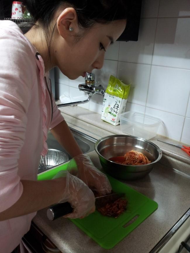 廚房裡切著泡菜中的智淑側臉.........(男性同胞們大大讚嘆)