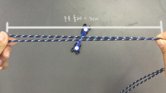 請空出手圍長多3公分的距離後開始編織!注意圖中右手的位置,抓緊後~跟著下列步驟一起編織摟!