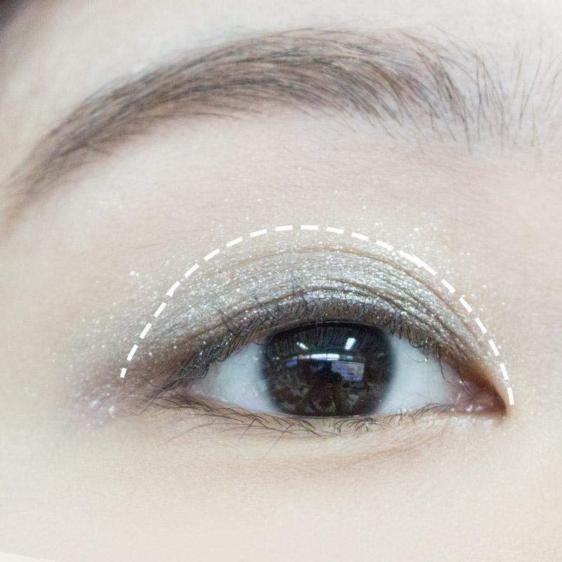 接著在雙眼皮線的上方一點的位置(如圖中虛線處)塗上灰銀色眼影,雖然實際上眼睛看起來會有點卡其色的錯覺,可是看起來是有金屬感的唷:)