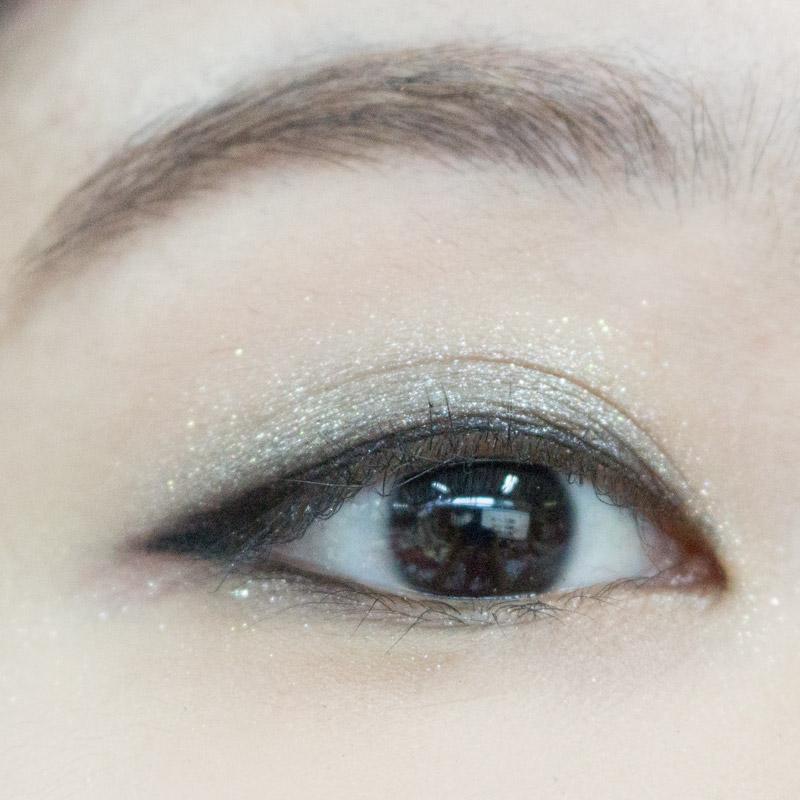 接著,請用黑色眼線筆,將眼睛的模樣,更加明顯描繪出來,模特兒的眼尾是稍微往上翹的眼形,所以可以將眼線稍微往下話,跟下方的眼線連接在一起喔~