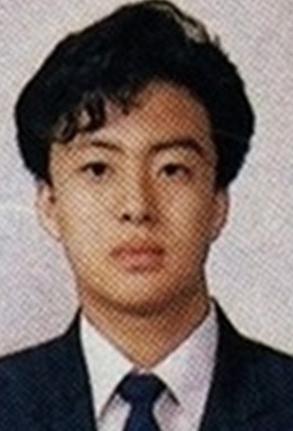 23. 斐勇俊  大概在他們那個年代的學生都很流行捲捲髮?!