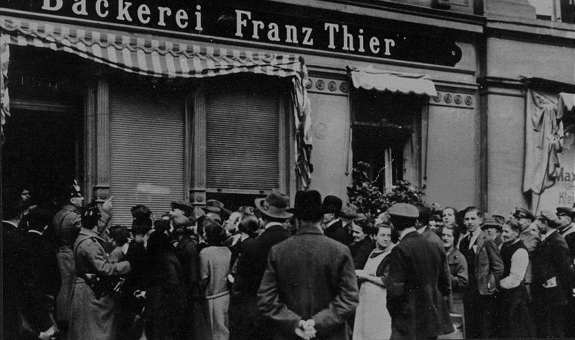 德國因此成為了一點光芒&希望都沒有的國家。這樣憂鬱的情況下,美國的大恐慌也帶給德國很大的影響,德國也不斷的走向下坡....