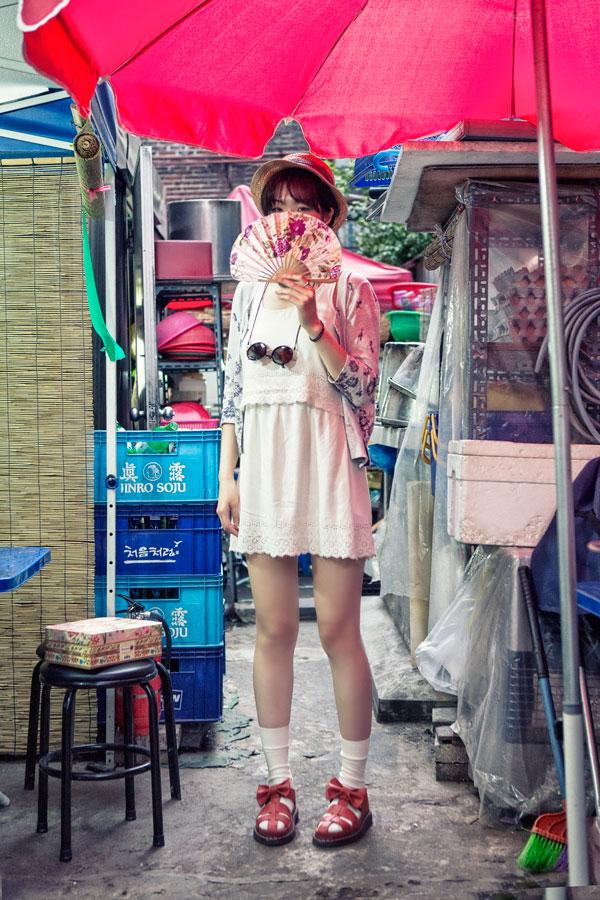台灣小編問韓國小編為什麼韓國人喜歡涼鞋裡面配襪子,他們也說不上來....但好像這樣搭真的也不奇怪...