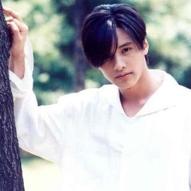 回顧他的人生勝利史!1997年時的模樣,好像有點像東方神起的昌珉?