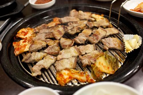 第3名. 烤三層肉(也就是五花肉)  去韓國必吃呀!和燒酒一起吃的話應該會是第1名吧....? (小編絕對贊成!!!!!燒酒配烤肉!!!絕配♥)