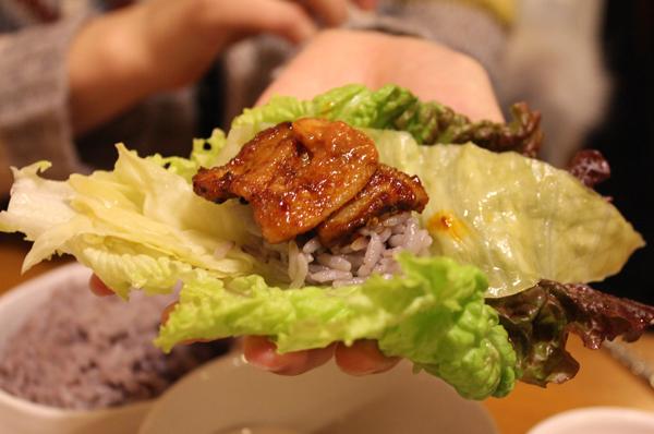 第4名. 生菜包飯      外國人覺得裡面放的材料和拌飯沒有兩樣,那不是直接吃拌飯就好了嗎?(小編覺得非常不一樣啊,拌飯就是素食。生菜包飯還能包肉啊!!!!)