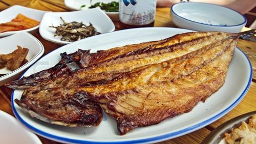 第1名. 烤魚      喔摸喔摸???最不滿意的食物是烤魚...!? (看來韓國人真的大受打擊!其實小編也是有點摸不著頭腦,小編超愛上面這五樣食物的說!!!!!)