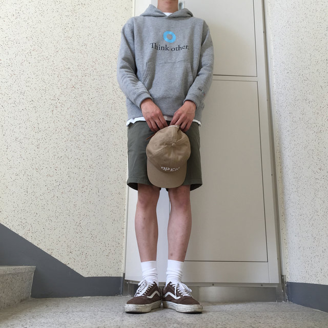 3. 棉質襯衫 + 短褲   隨興也隱約露出型男的造型