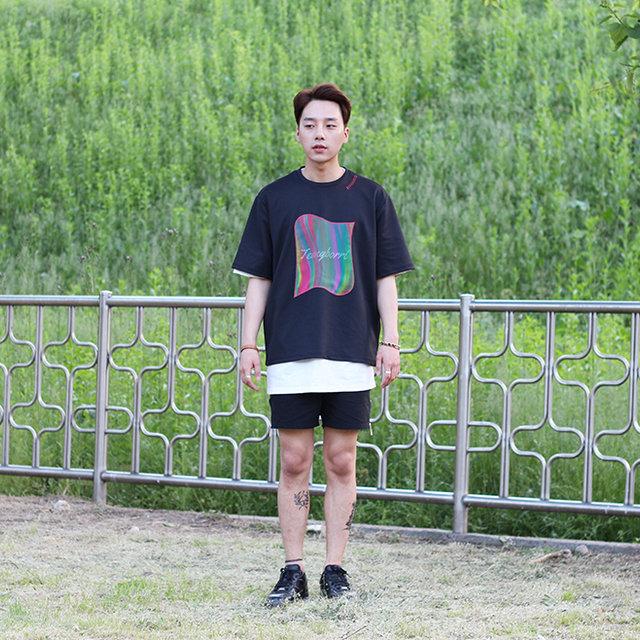 挑選印有喜歡的圖案或是文字的T-shirt,然後搭短褲,應該就是男生最愛的搭配吧XD