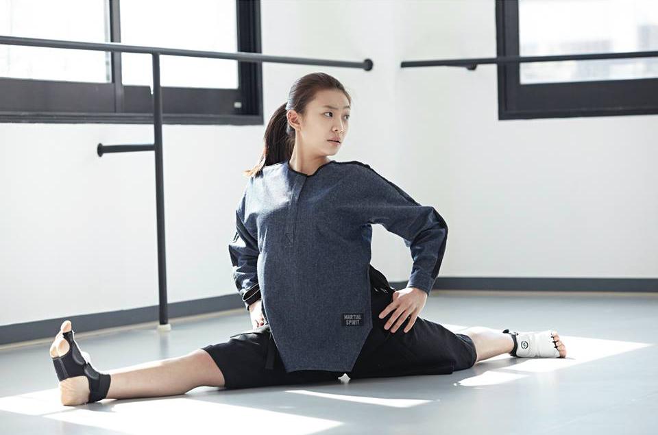 [2015 S/S Martial Line Blouse (Denim)]  丹寧材質的上衣,從肩膀到袖子設計的黑色線條和側面飄帶是重點設計