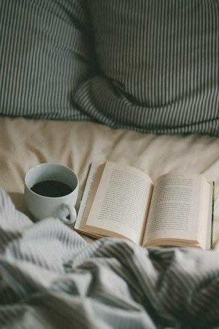 床邊一定要放一兩本打開的書,而且要看起來是已經翻了幾頁的樣子.....如果男生說「這本書我也有看!」,就可以自然的聊起話題! (小編歪頭想,萬一那本書女生就是沒看,不懂內容,那不就穿幫?!!)
